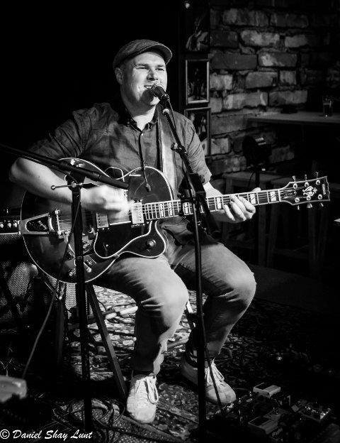Svein Erik Martinsen spiller gitar og synger på Hilde Louise Asbjørnsens nyeste singel.