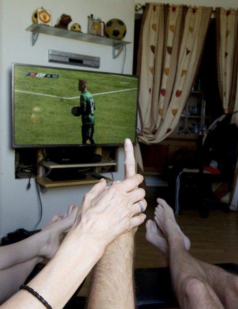 Ove er delvis døv og Grete er både døv og blind. Ved å ta på hendene til Ove mens han kommenterer VM på tegnspråk, kan Grete følge kampene minutt for minutt