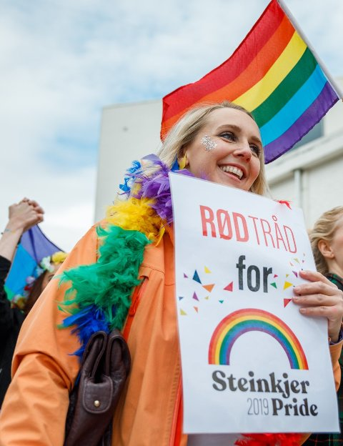 FOR ALLE: Silje Myrmel Stura fra Rød Tråd er med å arrangere Steinkjer Pride.  Pride er en flott måte å markere likestillingskampen til LGBTQ+-personer på, og alle er hjertelig velkommen til å delta, uansett legning, sier hun om årets feiring.