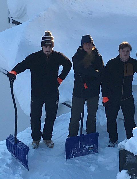 Stein André Hagen, Thor Jørgen Torp Friestad og Jørgen Kvål måker snø mellom ishockeyøktene.