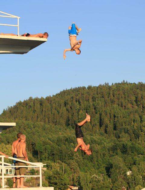 SAMLINFGSSTED: Olavsberget i Porsgrunn er et populært samlingssted for ungdom på varme dager, men kan også trekke til seg folk som har andre hensikter enn å bare bade. Bildet er kun en illustrasjon, og ungdommene på bildet har ikke kobling til artikkelen.