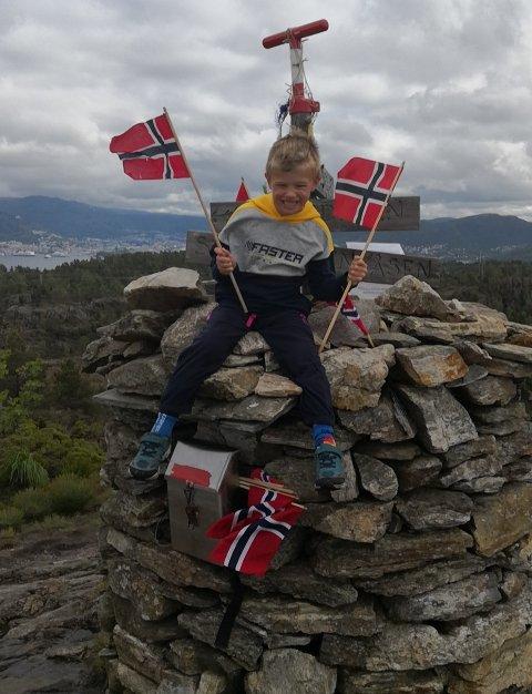 Tommy Halvorsen (7) var strålende fornøyd med å nå toppen, men på veien nedover fikk han og moren et problem.