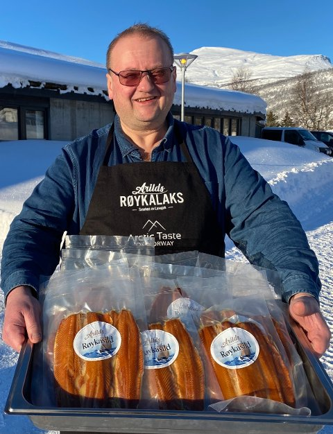 LAKS OG SILD: Røket sild og laks er blant produktene Arild Kristiansen selger. Hans målgruppe var nordlysturister, men da alt stengte ned måtte han tenke nytt. Nå er private største kundegruppe og han har økt omsetningen med 300 prosent.