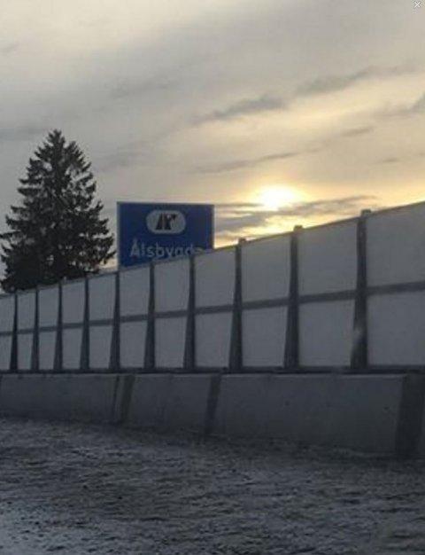 Slik ser det ut ved avkjøring til Ålsbygda. Flere av skiltene langs den nye vegen er vanskelige å se på grunn av rim på støyskjermene.