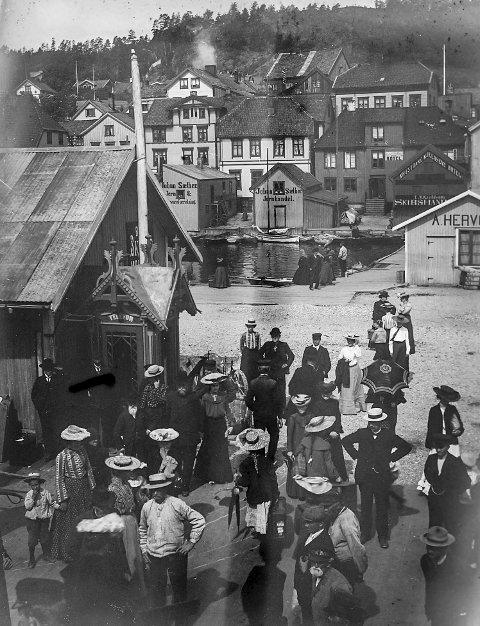 Dampskipsbrygga tidlig på 1900-tallet: Fotografen har trolig stått på dekket til en av kystrutas båter og tatt dette bildet. Ser man på klesdraktene til de som har møtt fram på brygga, må fotografiet vært tatt tidlig i forrige århundre, flere år før jernbanen ble anlagt.