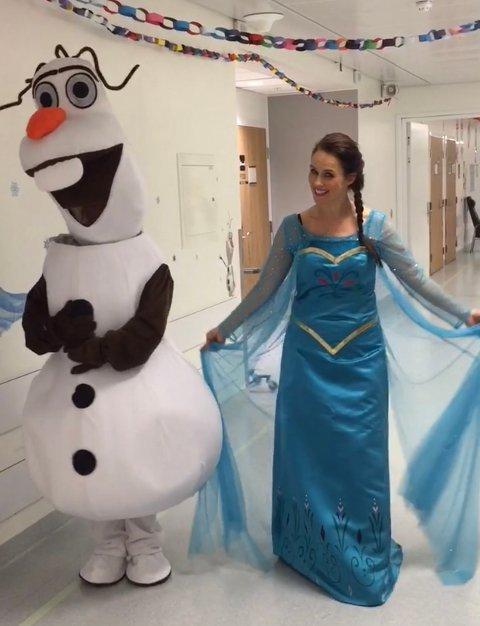 """FROST: Karakterene Elsa og Olaf, fra det populære filmuniverset """"Frost"""", var denne uken innom Sykehuset Østfold."""