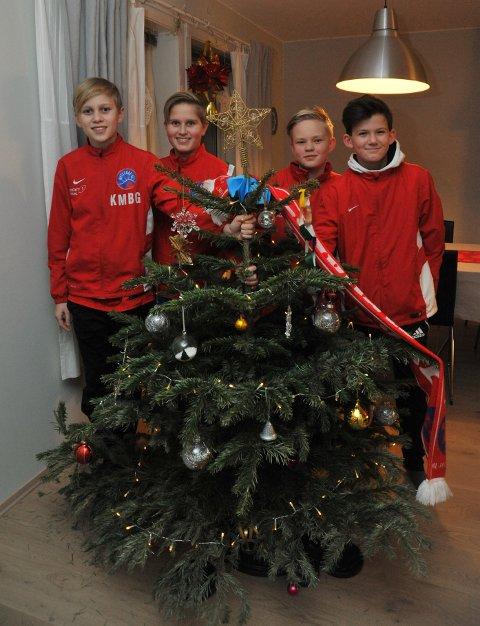 KLAREFORDUGNAD:Noen av fotballgutta som lørdag samler inn juletrær på Rotnes for å tjener penger til treningsleir; f.v. Kristoffer Gustafsson (13), Aleksander Thorvik (13), Håvard Andreas Weider (13) og Andreas Solberg (13).