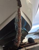 Denne båten traff en stolpe på en holme i høy fart. Skrogskader er på skadetoppen i sommer. Skadefoto: Frende