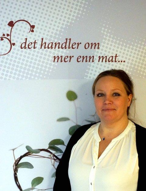 ALVORSORD: Elin Amor Olsen, daglig leder i Spiseforstyrrelsesforeningen. «Det handler om mer enn mat» lyder budskapet på veggen bak henne. Foto: Privat
