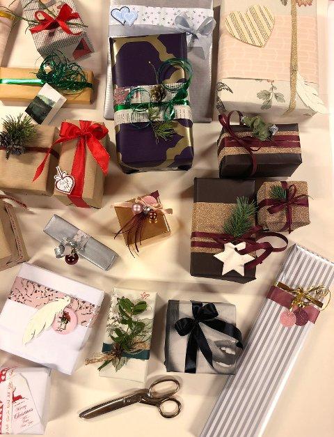 PYNT: Julepakkene kan pyntes med både sløyfer, gavebånd, fjær, klistremerker, granbar, tyttebærlyng, kongler og andre pene ting.