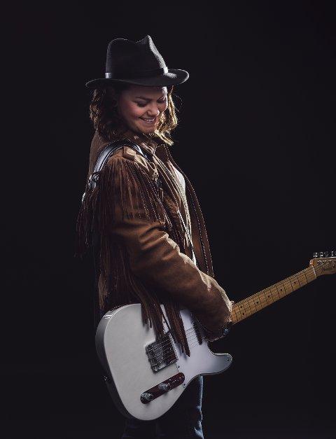 GJENSYN: Erika Jonsson vil også i år spille på Lofoten Countryfestival