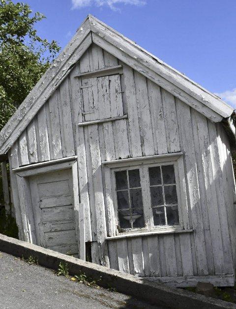 Lite og skakt: Dette uthuset skal nå restaureres.