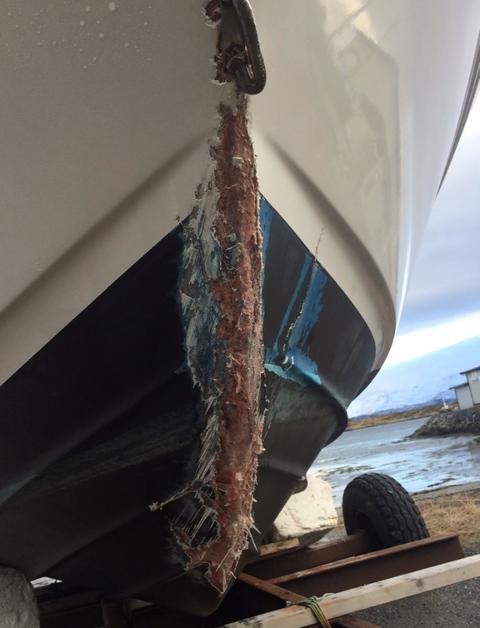 SMELL: Denne båten fikk et ublidt møte med en stolpe på en holme.