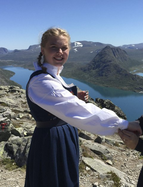 PÅ TUR: Emmy Bråthen i bunad på Besseggen.