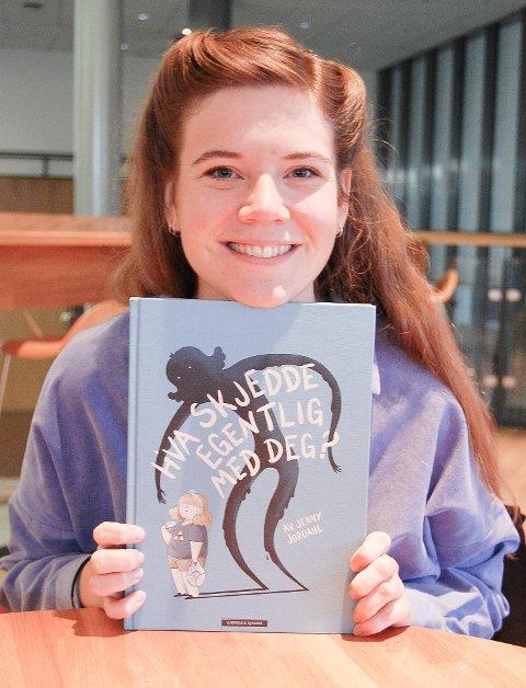JUBLENDE GLAD: - Kjempegøy å bli nominert til Brageprisen for en bok som jeg er helt alene om, sier Jenny Jordahl.
