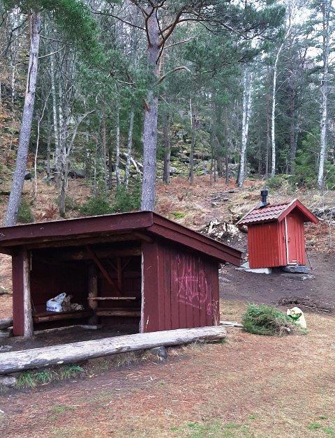 PÅ PLASS: Da er det bekreftet, kommunen har fått på plass et toalett bak gapahuken på Kattøya.