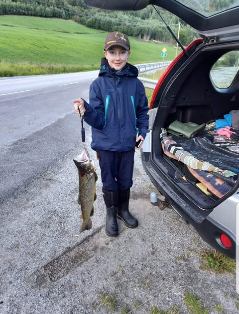 FISKERLYKKE: William Andre Flåtten Gransrud var godt fornøyd med fangsten etter tirsdagens fisketur.