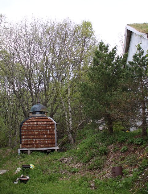 Hugo Aasjord har bygd mye forskjellig. Utenfor huset på Engeløya har han et røykeri.