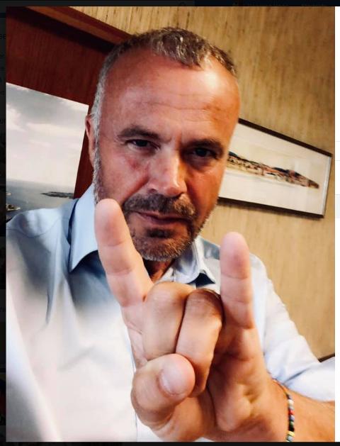 Kjell Neergaard, ordfører i Kristiansund, vil ha kumlokk med The Dogs-logo.