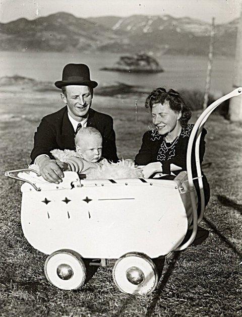 Ola Sæther var en av Lyngstadkarene. Harriet og Ola Sæther inviterte flygerne hjem til seg. Harriet fikk lovord for den gode maten hun serverte. Til og med en seng å ligge i ble stilt til rådighet. Her er Harriet og Ola, med lillegutt Ole Roar i barnevognen. Bildet er fra 1941. Eier av bildet er Ole Roar Sæther.