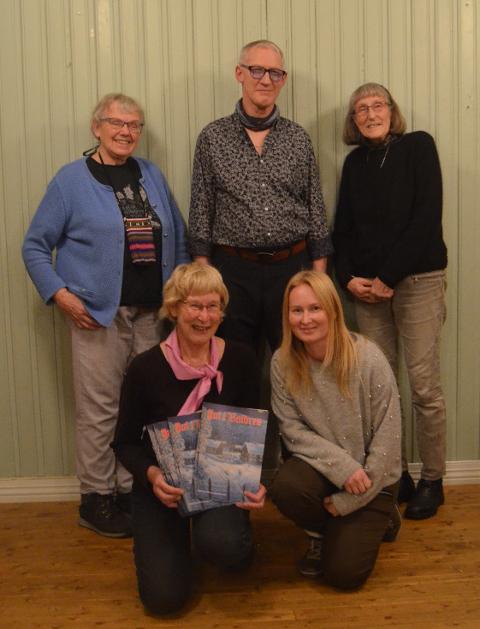 Syt for julehefte: Reidun Dølehuset (fremst t.v.) og Ingrid Rogne, Margunn Søyland Nesbakken (bak t.v.), Ivar Hemsing og Ingun Kompen. Med i redaksjonen er også Nils Asheim og Magne Hovda.