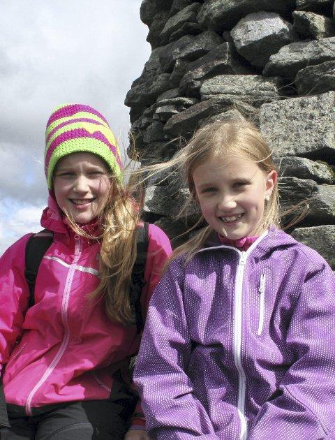 SKULEFERIE: Søstrene Ada og Sina Mykkeltvedt gjekk tur til Veten første dagen i skuleferien.