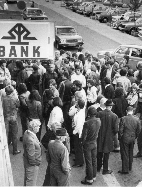 Fotballfeber: Fotballinteressen var stor, og folk flokket seg utenfor lokalene til HA der man kunne følge kamputviklingen via oppslag i vinduene. Som her den 1. september 1980 da Kvik spilte mot HamKam. Foto: Knut O. Kvissel