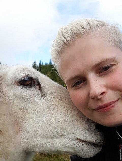FORTVILET: Karina Sevaldsen Bekkavik er fortvilet over at folk ikke melder fra om at de har kjørt på et dyr, men heller lar dyret pines i hjel.