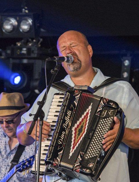 Groove: Jan Tore Lauritsen fra Fet og hans Buckshot Hunters kan endelig vise til en spellemannominasjon.Foto. Geir Hareide Andersen