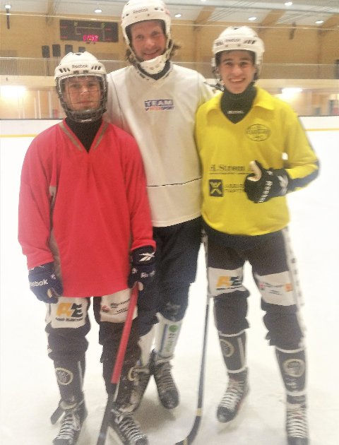 Stort møte: Spillende trener John Martin Kind er flankert av Rostislav til venstre og Kirill til høyre. Foto: Nordre Sande Bandy
