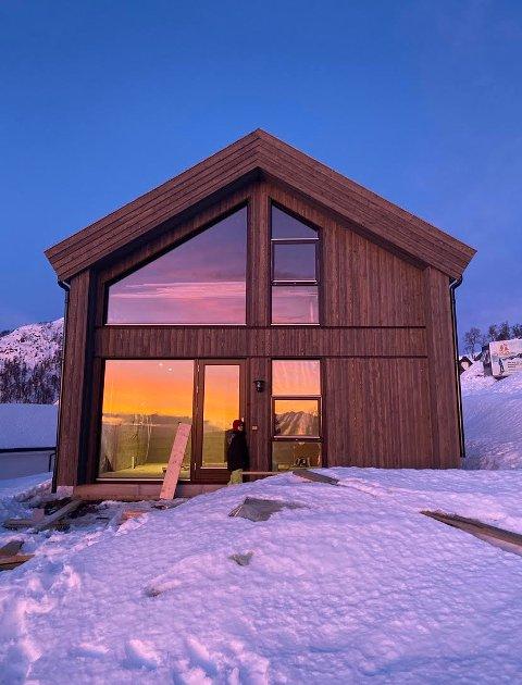 KJØPT HYTTE: Linda Meyer og familien har kjøpt en nøkkelferdig hytte i Holtardalen i Rauland og er superfornøyde med både hytta og billigenheten.