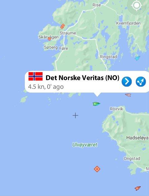 SLEP: Her slepes lastebåten inn til Stokmarknes.