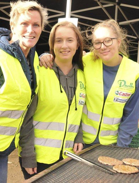 POPULÆRE: -  Hamburgerne ruller unna like fort som hjula på motorsyklene, sa denne glade trioen: Inger Haug (t.v.), Anniken Holth og Isabel Fallet Berg.