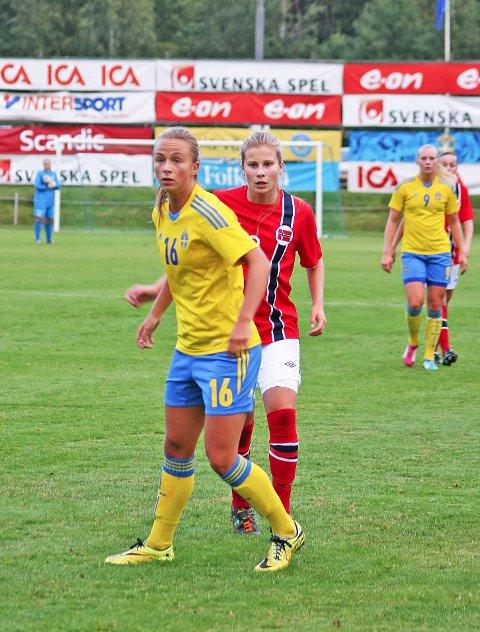 Dette bildet er fra fjorårets oppgjør mot svenskene. 1. juli møter Cesilie Andreassen og de andre norske jentene Sverige igjen. Nå står det om en plass i EM-troppen.