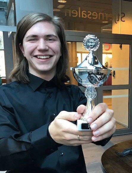 Pokal: Martin Rømmesmo med pokalen fra regionmesterskapet i Lillestrøm.