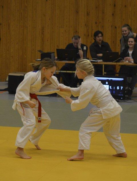 Kamp: Madelene med rødt belte og Aurora i hvitt belte. Lagvenninner i kamp mot hverandre.