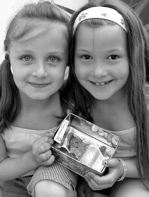 2003: Anna Karen Wasmuth Hansen, (8) og Ingerid Agate Wiik, (8) har i til sammen tre dager hatt tombola utenfor Ica Sparmat på Innlander og Rema 1000 i Storgata. De fikk inn hele 465 kroner, og de pengene har barneavdelingen ved sykehuset i Kristiansund fått. Dette var i 2003.( Foto:Ellen-Marie Pedersen)