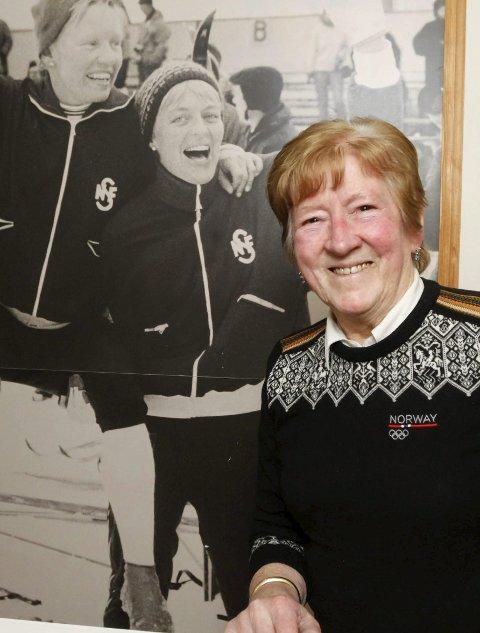 Hjemme i gangen har Inger Aufles et bilde av seg selv, Babben Enger og Berit Mørdre etter at de vant OL-stafetten.