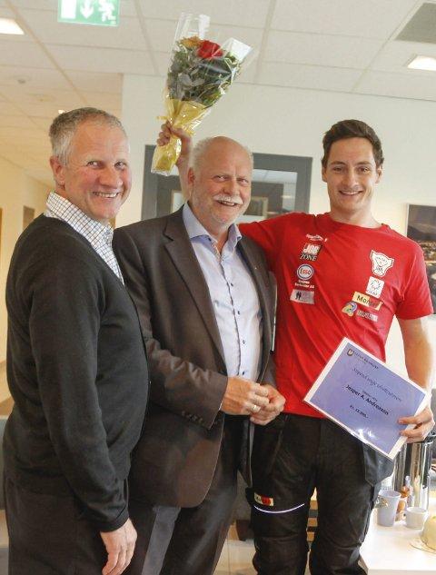 Jesper sammen med ordfører Jan-Arne Løvdahl og leder i kultur- og idrettsutvalget Magnus Myrvoll etter at han fikk idrettsstipendet.