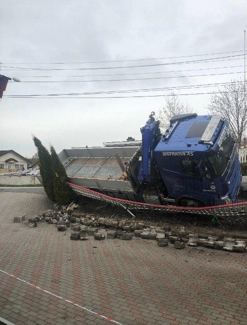 Gjerdet og støttemuren raste inn på eiendommen og lastebilen tippet over.