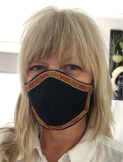 MUNNBUIND: Hilde holmer tilbyr munnbind som står i stil med Vestfoldbunaden.