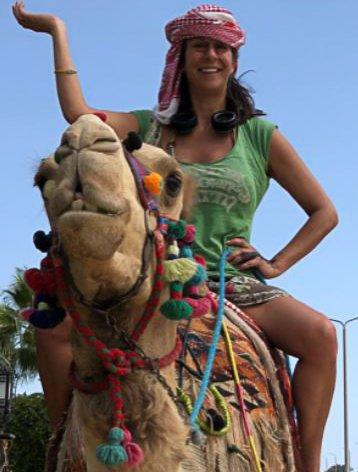 Eva Fokkens prøver å fokusere på jobb med et eget prosjekt fremfor å sørge over julen hun ikke får hjemme i Norge i år. - PS: Bildet er av meg og kamelen Oscar fra en tidligere Egypttur, skriver hun.