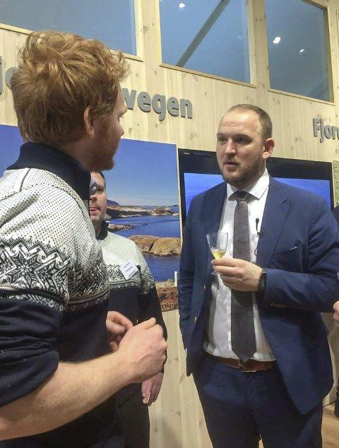 SIDER OG HARDANGER ER SAME SAK: Olav Bleie tappa sider til alle som ville ha og framsnakka Hardanger og sider både til landbruksministeren og publikum på messa.
