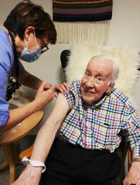 FØRST UTE:  86-åringen John Kristian Nordberg, sto først i køen av inderøyninger som blir vaksinert mot covid-19 i første runde.