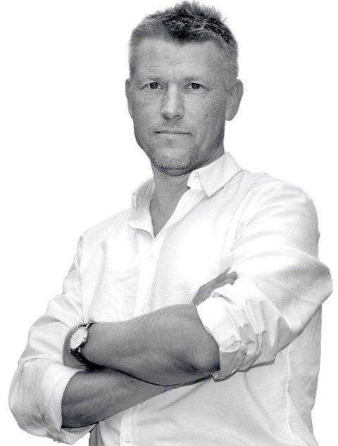 Sverre Gunnar Haga er født og oppvokst på 6533 Kårvåg. Bodd i Oslo siden 1991. Har tidligere jobbet som journalist, nå i kommunikasjonsbransjen. Har utgitt fire bøker, har to barn, en katt og en kone. Og stasjonsvogn. Besatt av å bake brød. sghaga@start.no