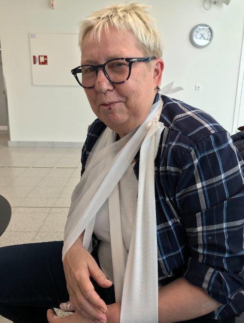 BRUDD: En uheldig sykkeltur endte med brudd i albuen og to fatler for Wenche Pedersen. Hun mener det kunne gått mye verre om hun ikke hadde på seg hjelm.