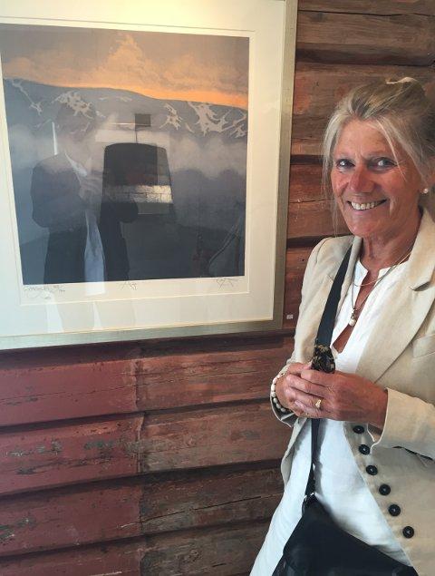 """STILLER UT: Eva Harr stiller ut i Bibliotekgalleriet 31. august til 17. september. Her ser vi henne ved litografiet """"Håp"""", som er blant bildene på utstillingen. - Lysets skiftninger og landskapet i nord er viktige inspirasjonskilder, sier hun."""