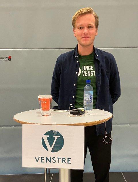 Venstre: Sondre Hansmark gjorde jobben sin da han stilte til debatt på Thor Heyerdahl videregående i Larvik rett frø skolevalget.
