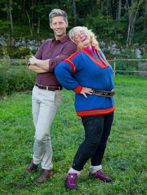 Programleder er som vanlig Gaute Grøtta Grav. Her sammen med Line Suomalainen som er bosatt på Ørje.