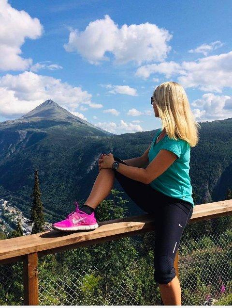 TUR I TELEMARK: Kaisa Hafredal arrangerer vanligvis turer i utlandet. Nå synes hun det er stas å få med seg turglade kvinner til Rjukans natur. her er hun på toppen av Gvepseborg.